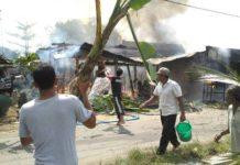 Warga setempat berusaha memadamkan api. (Atmo)