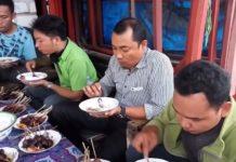 Pencinta kuliner menikmati sate. (Musafa)
