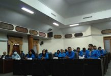 Para mahasiswa ketika berada di kantor dewan. (Musyafa')