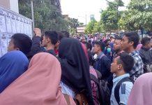 Para pencari kerja ketika di acara Bursa Kerja 2017 di GOR Tuban. (Musyafa')