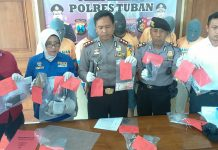 Kapolres Tuban, AKBP Fadly Samad (tengah) menunjukan barang bukti. (rohman)