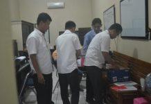 Anggota Satreskrim Polres Tuban memeriksa barang bukti. (rohman)