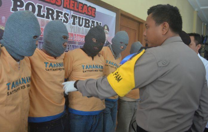 Kapolres Tuban, AKBP Fadly Samad, ketika memintai keterangan para pelaku. (rohman)