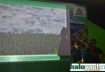 Foto juara satu milik Ghofuur terlihat di background. (rohman)