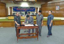 Pemkab bersama Dewan melakukan tanda tangan persetujuan. (Musyafa')