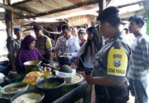 Tim Satgas Pangan berdialog dengan salah satu pedagang. (Atmo)