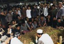 Pemakaman Jenazah Bupati Sampang KH Fannan Hasib. (Shohibul Khoir)