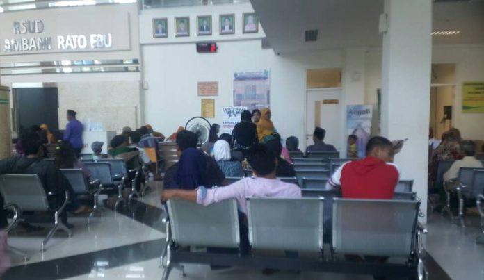 Antrian pasien di ruang rumah sakit umum Bangkalan.