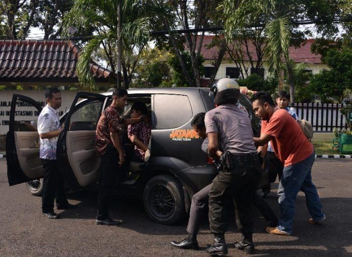 Penumpang mobil diamankan anggota ketika simulasi atau latihan. (rohman)