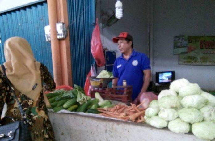Salah satu pedagang sayur di Pasar Babat - Lamongan. (Atmo)