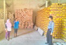 Anggota melakukan pengecekan di salah satu gudang toko di Bojonegoro. (Ist)