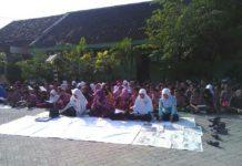 Para siswa begitu antusias dalam berdo'a. (Galuh Setiyadi)