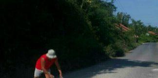 Tanpa perhatian Pemerintah setempat, warga perbaiki jalan rusak. (Shohibul Khoir)