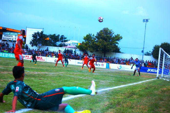 Pemain Persatu mengempur kesebelasan Martapura FC. (Rohman)