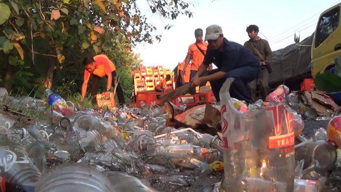 Kondisi pecahan teh botol di tepi jalan. (Musyafa')