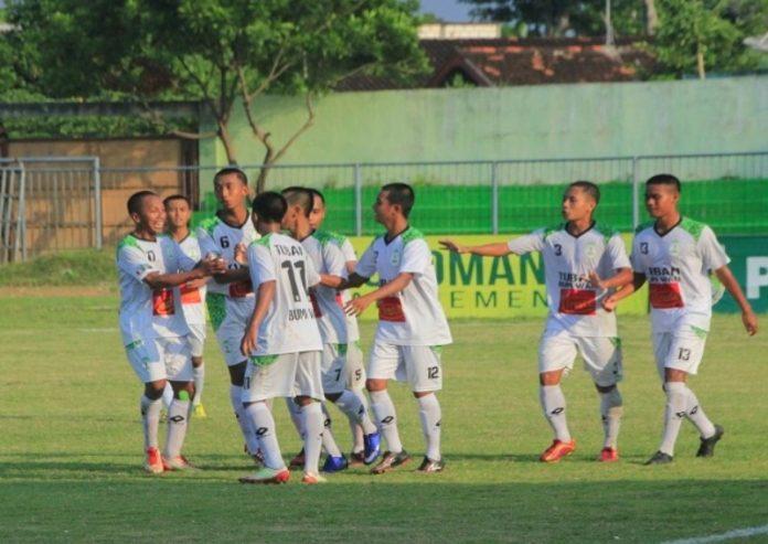 Para pemain Bumi Wali FC merayakan gol kemenangan. (rohman)