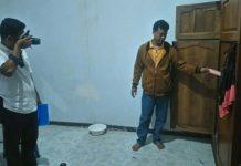 Anggota melakukan olah Tempat Kejadian Perkara (TKP) di rumah korban. (rohman)