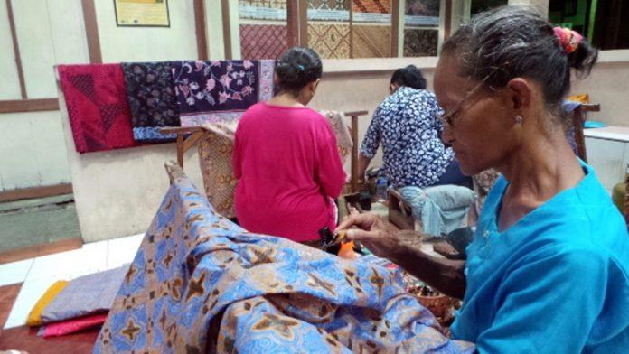 Foto : Para perajin batik di Batik Putra Laweyan (Wahyu/detikTravel)