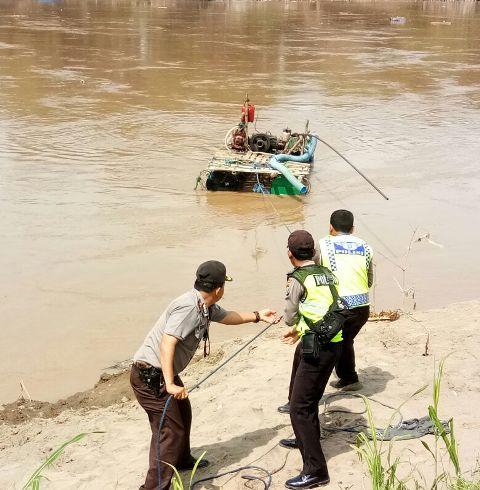 Polisi Evakuasi Mesin Mekanik Sedot Pasir ilegal, pada bulan Maret. (Galuh Setiyadi)