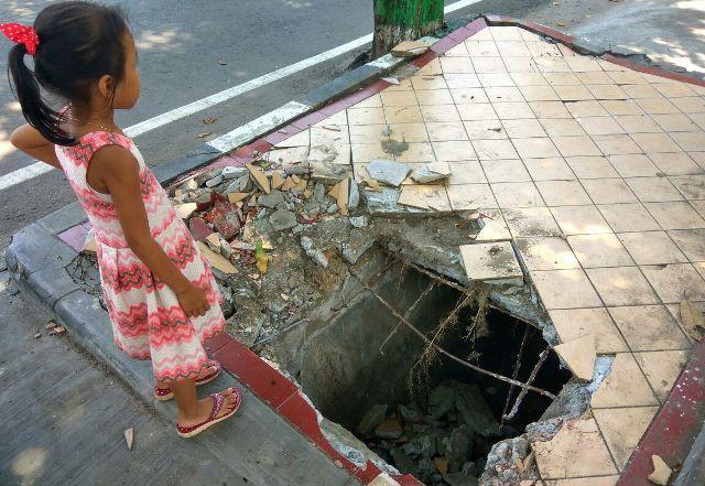 Kondisi trotoar yang rusak. (rohman)